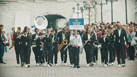 trąbka : RUSSIA, KAZAN 09-08-2019: A wind instrument parade - a man holding a plate that says Ulyanovsk Orchestra Wideo