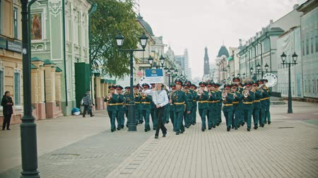 saxofon : RUSSIA, KAZAN 09-08-2019: A wind instrument parade - a man holding a plate that says Yekaterinburg Orchestra