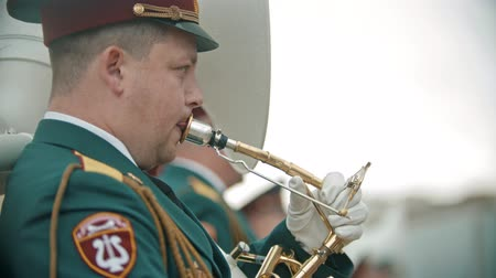 trombeta : RUSSIA, KAZAN 09-08-2019: A wind instrument parade - a man use tongue for playing trumpet Stock Footage