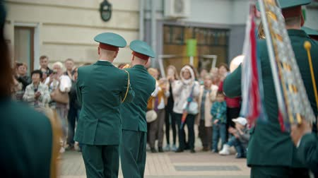 sassofono : RUSSIA, KAZAN 09-08-2019: A wind instrument parade - military men on the street playing trumpets Filmati Stock