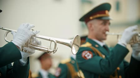 trąbka : RUSSIA, KAZAN 09-08-2019: A wind instrument military parade - a man in green costume playing trumpet Wideo