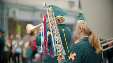 медь : RUSSIA, KAZAN 09-08-2019: A wind instrument military parade - a woman plays xylophone Стоковые видеозаписи