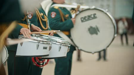 медь : RUSSIA, KAZAN 09-08-2019: A wind instrument military parade - men standing on the street and playing drums