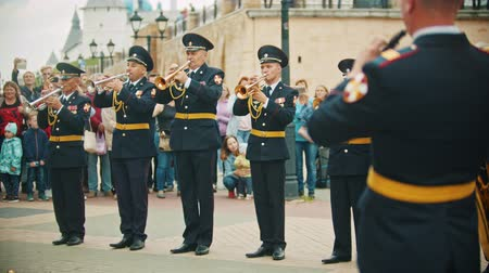 trąbka : RUSSIA, KAZAN 09-08-2019: A wind instrument military parade - soldiery taking trumpet and start playing