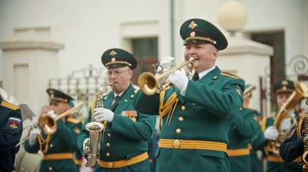 trąbka : RUSSIA, KAZAN 09-08-2019: military parade - men in green costumes playing trumpets at wind instrument parade