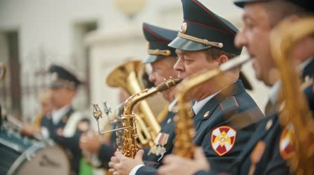 концерт : RUSSIA, KAZAN 09-08-2019: military parade - men playing saxophone at wind instrument parade Стоковые видеозаписи