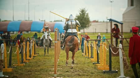 dárda : BULGAR, RUSSIA 11-08-2019: Knights having a battle on the field - running on each other and breaking the plastic spear -medieval festival