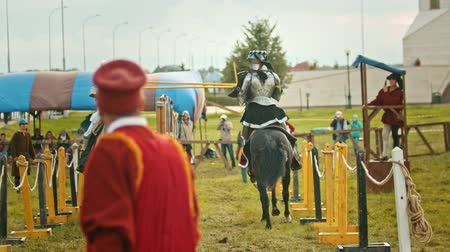соперничество : BULGAR, RUSSIA 11-08-2019: Knights having a battle on the field - running on each other and one of the knights almost fell down -medieval festival Стоковые видеозаписи