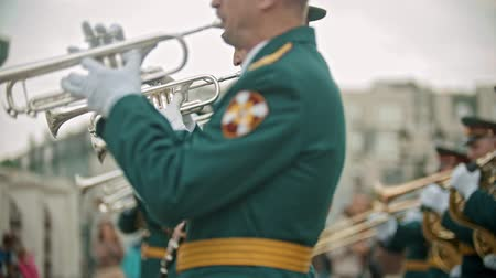 trąbka : RUSSIA, KAZAN 09-08-2019: A wind instrument military parade - a man in green costume playing trumpet outdoors Wideo