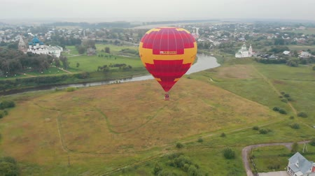 restaurálás : 18-07-2019 Suzdal, Russia: A balloon flying over the field - inscription says: professor Oleg Danilov Stock mozgókép
