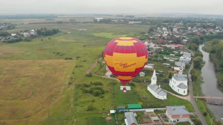 오르막 : 18-07-2019 Suzdal, Russia: A small village - a balloon flying in the sky - inscription says: professor Oleg Danilov