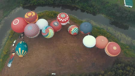 folga : 18-07-2019 Suzdal, Russia: different colorful air balloons are taking off over the field surrounded by the forest and village Stock Footage