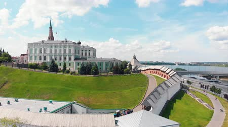 monumentális : 26-07-2019 KAZAN, RUSSIA: An aerial view on the Kazan kremlin and other sights behind the walls Stock mozgókép