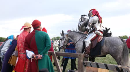 adversidade : BULGAR, RUSSIA 11-08-2019: assistant preparing knights before the fight Stock Footage