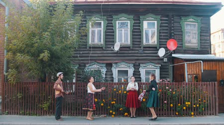 фольклор : 07-09-2019 RUSSIA, TATARSTAN: Young people in the village - dancing on the street