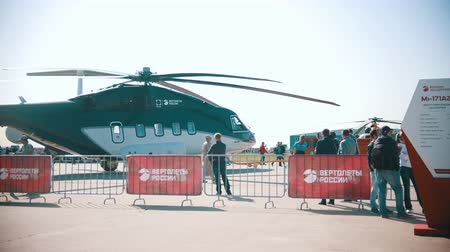 kiállítási tárgy : 30 AUGUST 2019 MOSCOW, RUSSIA: an outdoors airplane exposition - workers removing the helicopter exhibit from the exposition area Stock mozgókép