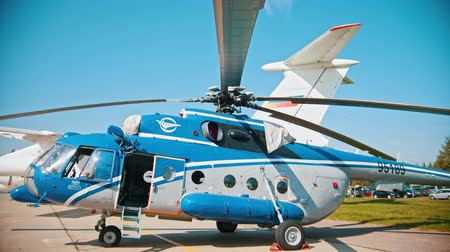 экспонат : 30 AUGUST 2019 MOSCOW, RUSSIA: an outdoors airplane exposition - a blue and white helicopter Стоковые видеозаписи