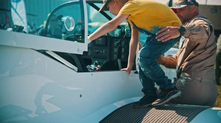 sierpien : 30 AUGUST 2019 MOSCOW, RUSSIA: An outdoors aircraft exhibition - a seaplane TEXANClub-1 - a little boy kid sitting down in the pilot cabin Wideo