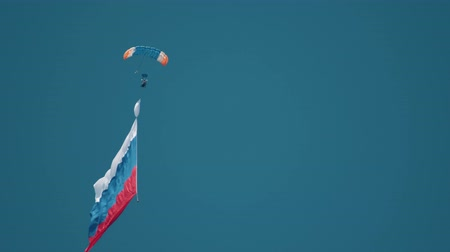 deneyim : 30 AUGUST 2019 MOSCOW, RUSSIA: A man parachutist flying in the air with Russian Flag Stok Video