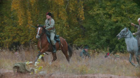 zbroja : RUSSIA, REPUBLIC OF TATARSTAN 30-09-2019: A reconstruction of military operations in Russia in 1917 - Two military men riding horses holding swords Wideo