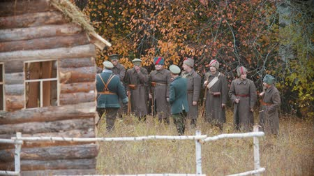 командир : RUSSIA, REPUBLIC OF TATARSTAN 30-09-2019: A reconstruction of military operations in Russia in 1917 - Soldiers standing in the row and listening to their commander