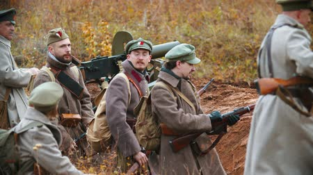 campo de batalha : RUSSIA, REPUBLIC OF TATARSTAN 30-09-2019: A reconstruction of military operations in Russia in 1917 - Performing hostilities - Soldiers go to the front with a guns