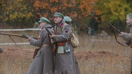 período : RUSSIA, REPUBLIC OF TATARSTAN 30-09-2019: A reconstruction of military operations in Russia in 1917 - Performing hostilities - Soldiers standing back to back and reloads their guns