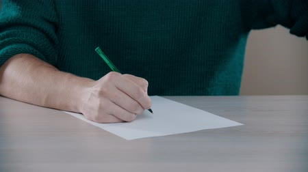 escrito : A man is knocking on the table with a pen Stock Footage