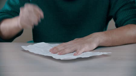 kciuk : A man is writing on the crumpled paper Wideo