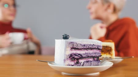 stroop : Pieces of cake are standing on the table