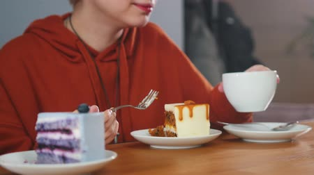 dialog : Pretty girl is eating cake and drinking coffee Wideo