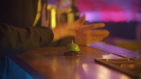 dzwonek : A person rings the bell on the bartender stand Wideo