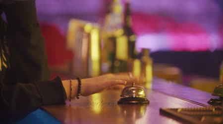 dzwonek : A person rings the bell on the bartender stand several times - bartender putting the drink on the stand Wideo