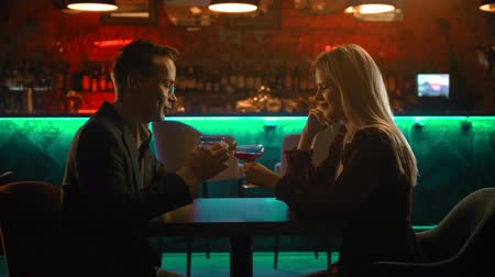 дата : A spectacular couple having a date in the bar