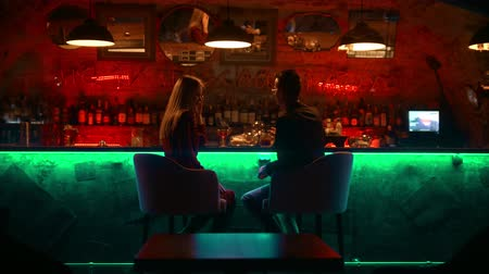 дата : A bewitching couple having a date in the bar - sitting by stand and talking Стоковые видеозаписи