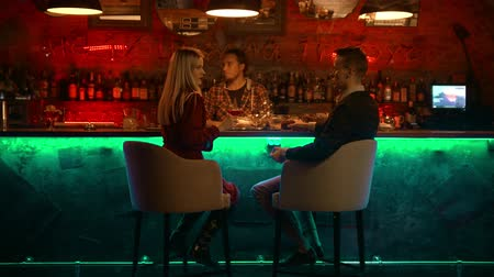 дата : A bewitching couple having a date in the bar - the bartender counts them and issues a check Стоковые видеозаписи