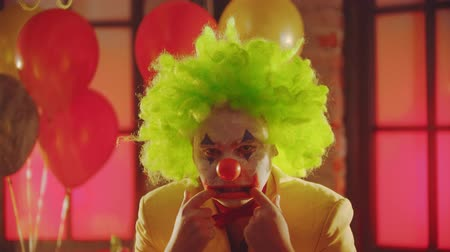 balões : A crazy man clown showing creepy emotions