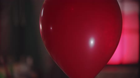 uğursuz : A red balloon passing by - a creepy clown turning around holding a balloon