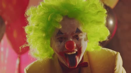 korkunç : A crazy clown sticking his painted tongue out Stok Video