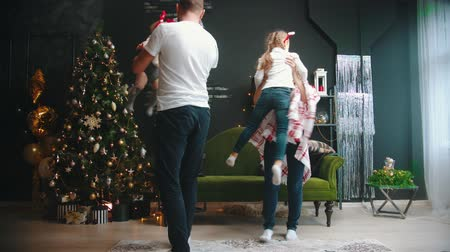 noel ağacı : NEW YEAR - parents whirling their children in the air Stok Video