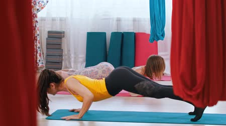 páteř : Yoga - two women performing exercises for the spine