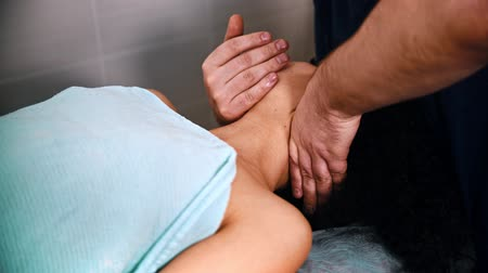 akupresura : Chiropractic treatment - the doctor specialist giving a patient a relaxing neck massage - bending the neck to the side Wideo