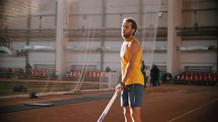 participante : pole vaulting - man is configuring to jump Vídeos