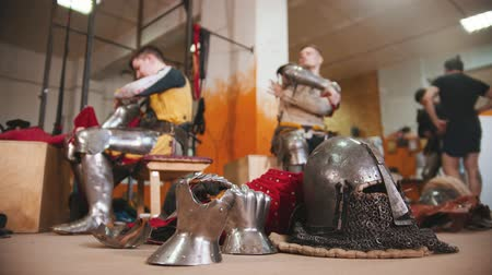 İskandinav : Men in the dressing room taking off the armour