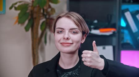 jóváhagyás : A young woman showing thumb up sign to like Stock mozgókép