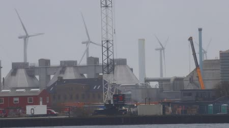 udržitelnost : 23-11-2019 NETHERLANDS, AMSTERDAM: windmills on the background of the industrial manufacturing plant Dostupné videozáznamy