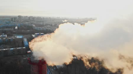 ısıtma : Air pollution - a smoke from industrial pipe pollutes the air in the city - worldwide problems