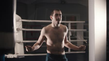 интенсивность : Box training - a man standing on the ring and jumping over the jumping rope