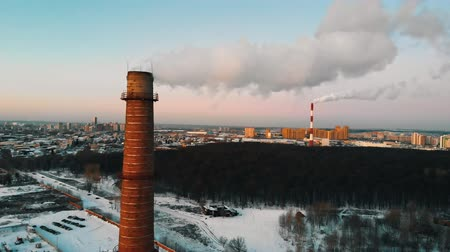 csőrendszer : Pollution - a big industrial pipe pollutes the air - daylight Stock mozgókép