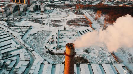 energetyka : pollution problem - a smoke coming out from pipe from the industrial plant pollutes the air in the city Wideo